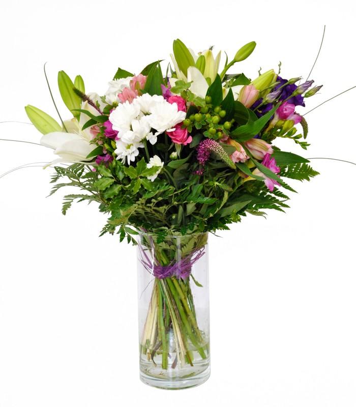 Ramo de flores naturales en jarrón de cristal