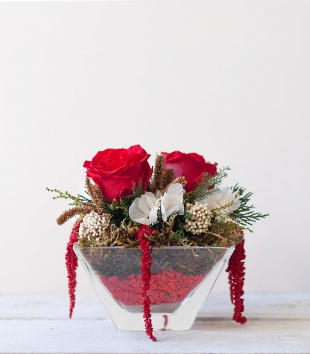 Centro de rosas preservadas rojas