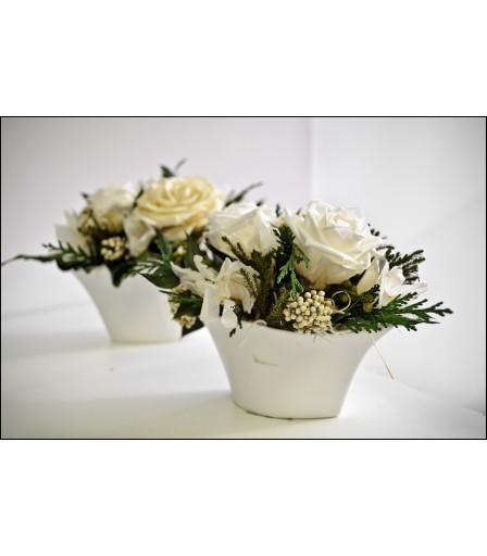 Centro preservado de rosas blancas.